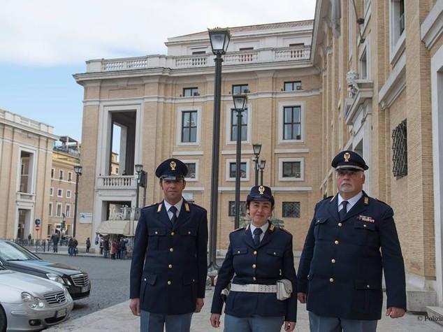 Partorisce in strada a San Pietro, poliziotta fa da ostetrica