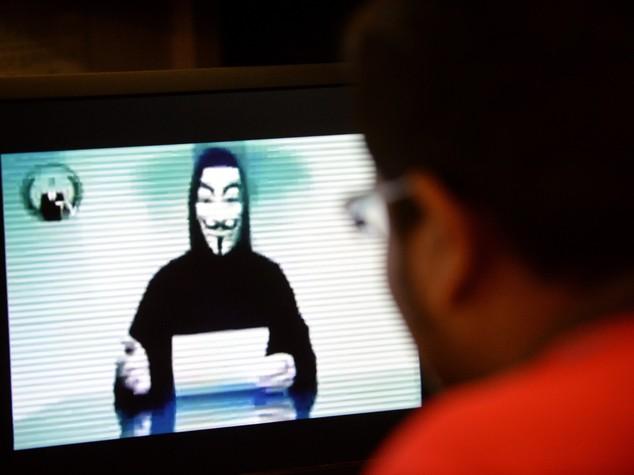 """Denunciato """"X"""" di Anonymous, inventò la 'bufala' dell'attacco Isis - Video"""