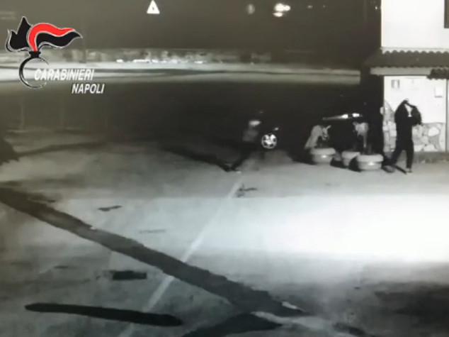 Sfondano muro con l' auto per rapina, arrestati