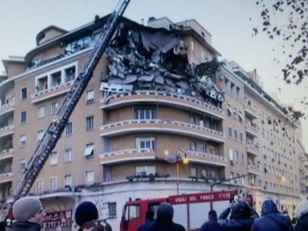 Crollati 3 piani di un palazzo a Roma, nessuna vittima - Foto - Video