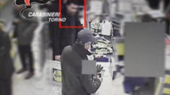 Egiziano eroe blocca rapinatore armato - VIDEO