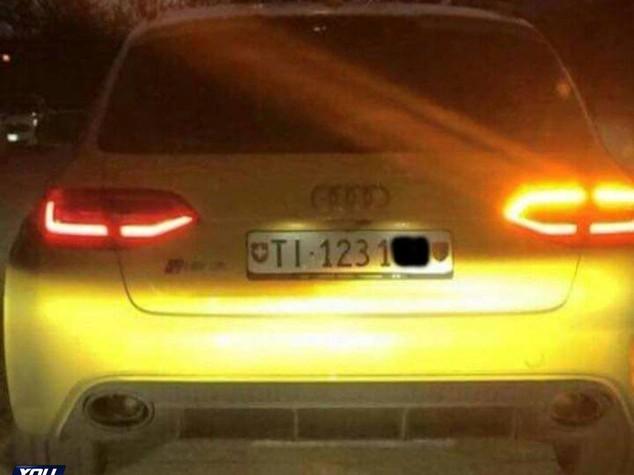 Audi gialla contromano in autostrada