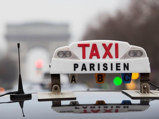 Uber condannata a pagare 1,2 mln a tassisti parigini