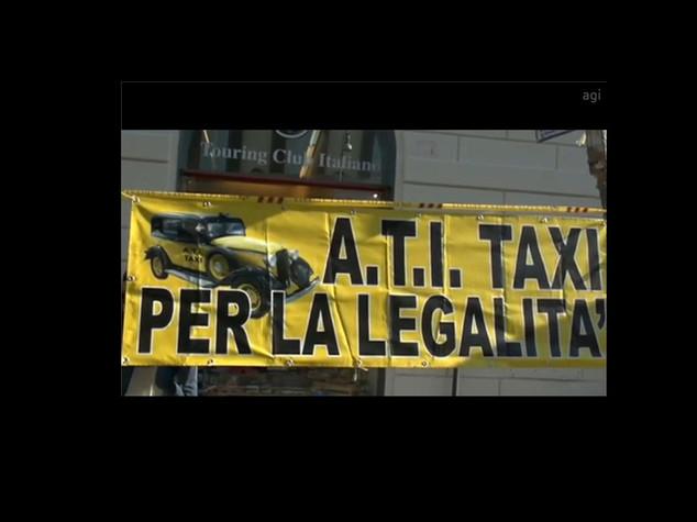 Taxi contro Uber, in piazza anche a Roma, Firenze e Napoli - VIDEO