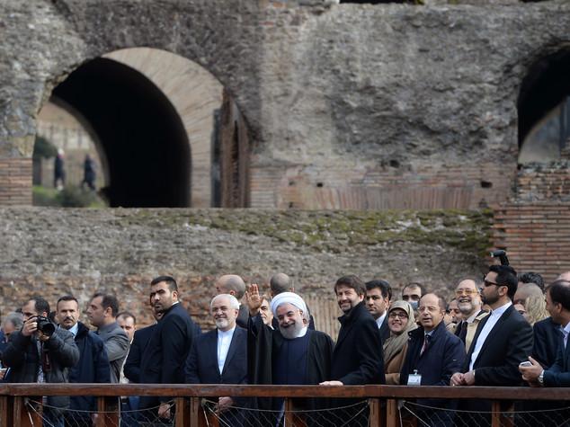 Rohani visita il Colosseo e saluta i turisti