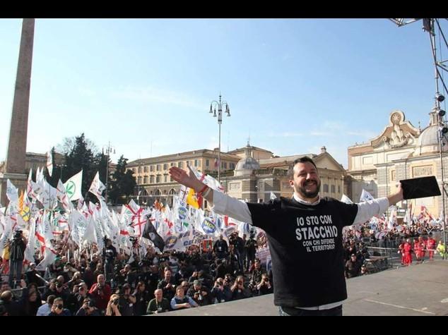 Salvini guida la marcia su Roma Spunta anche foto di Mussolini