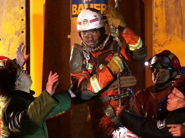 Miracoloso salvataggio in Cina, e stratti 4 minatori dopo 36 giorni sotto terra