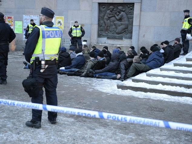 Svezia: migranti aggrediti a Stoccolma da uomini mascherati