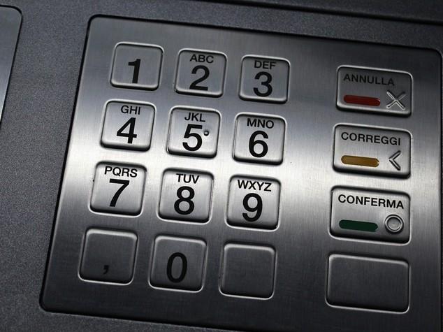 Sicurezza: prelievo da bancomat con carta rubata,2 arresti a Roma