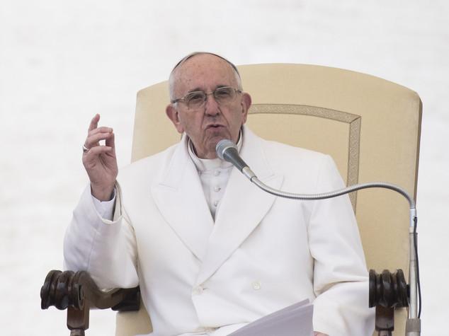 Papa bacchetta prelati, siate più sobri