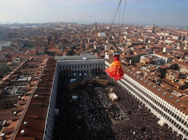 Carnevale a Venezia, in 100 mila al volo dell'angelo