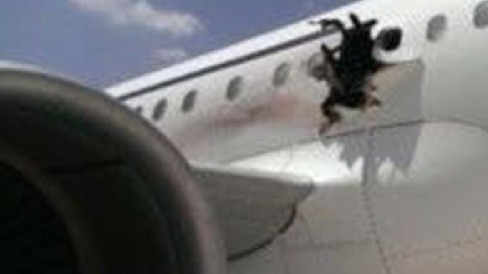 Terrore ad alta quota, squarcio e fiamme sull'aereo