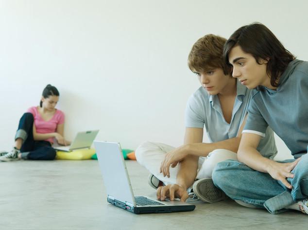 La vita online degli adolescenti, uno su 4 è sempre connesso