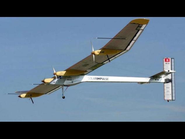 Emirati Arabi: decollato aereo a energia solare, fara' giro mondo