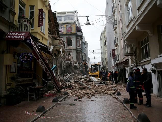 Turchia, crolla palazzo nel centro di Istanbul