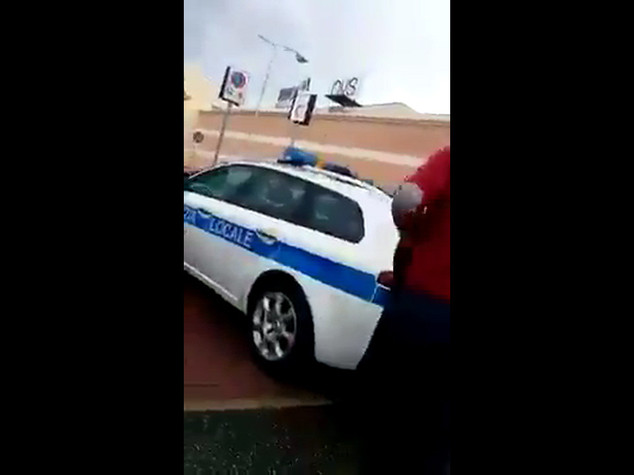 L'auto dei vigili parcheggia sulle strisce per i disabili - VIDEO