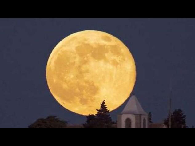 Superluna: piu' grande e piu' luminosa, tutti col naso all'insu' - Foto e Video