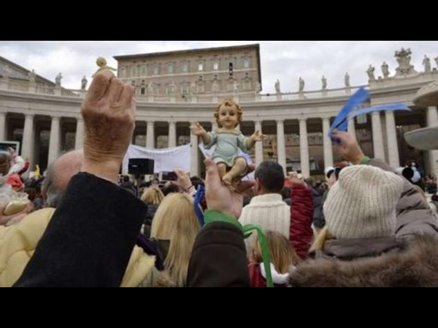 Papa a S. Pietro benedice i Bambinelli e dona libretti di preghiere