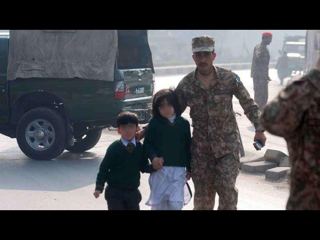 Orrore Pakistan, strage a scuola 130 morti, 123 sono bambini