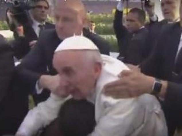 """Papa rimprovera ragazzo che lo trattiene, """"non essere egoista"""" -  Video"""