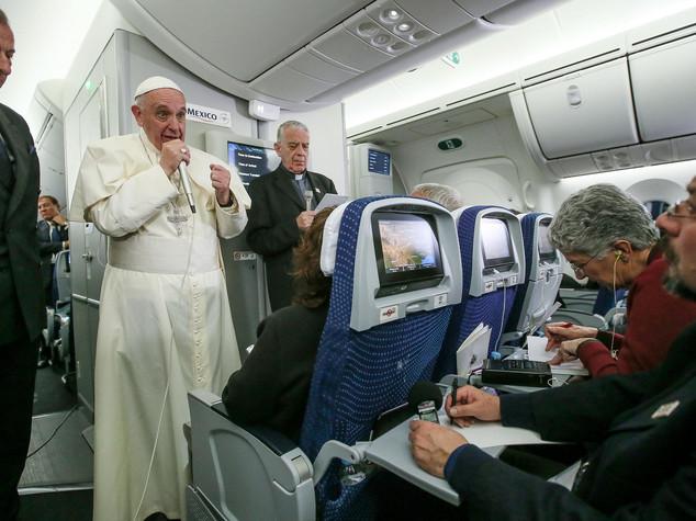 Papa, pensare un'altra Ue. Chiesa si scusi con i gay