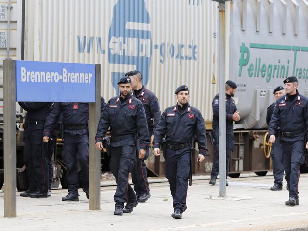Migranti: Brennero, 200 persone per catena umana contro barriera