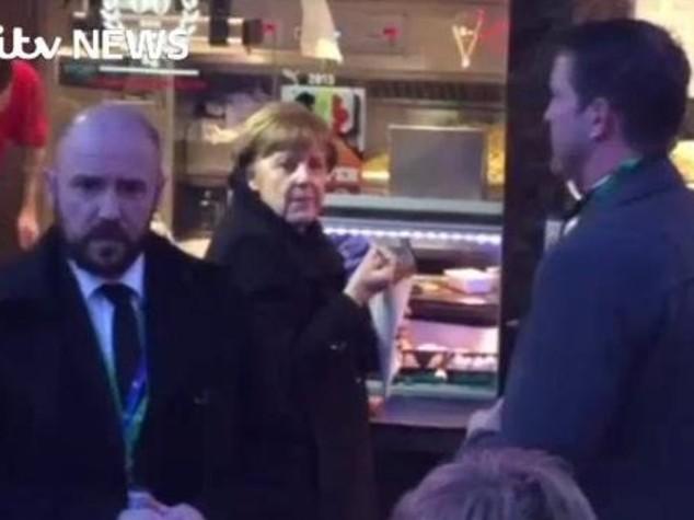 Leader a 'stecchetto'...e la Merkel va a comprare patatine fritte - Video