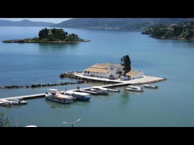 Traghetto contro gli scogli a Corfu', panico per 300 passeggeri