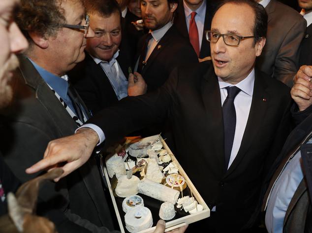 Francia: Hollande fischiato e insultato a Salone Agricoltura