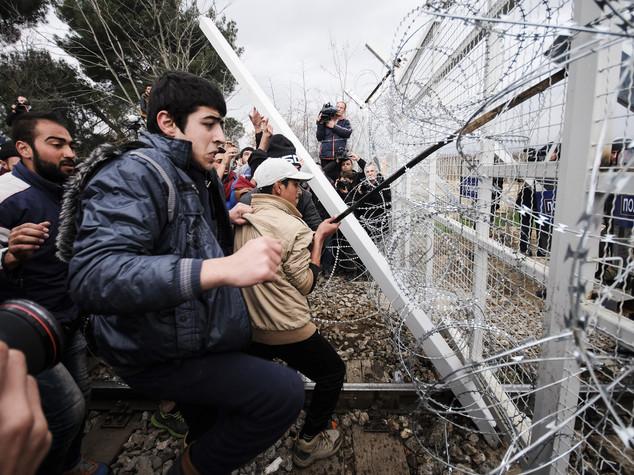 Migranti, scontri al confine tra Grecia e Macedonia