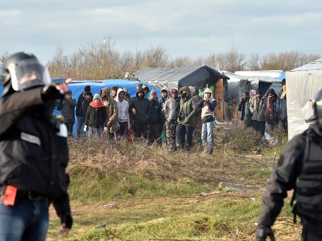 Migranti, al via la costruzione del muro di Calais