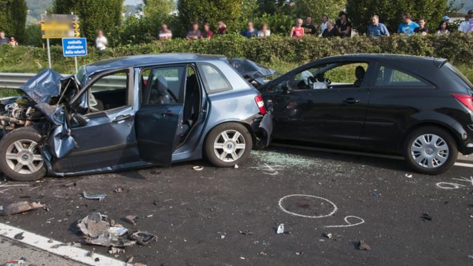 Gli incidenti mortali tornano a crescere. Ed è colpa dello smartphone