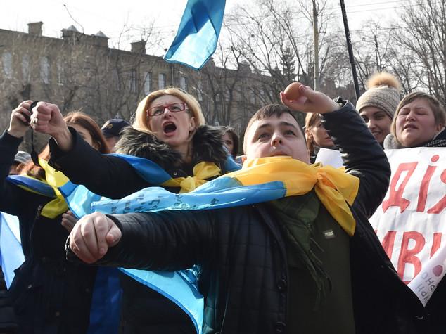 Ucraina: manifestanti attaccano ambasciata russa a Kiev