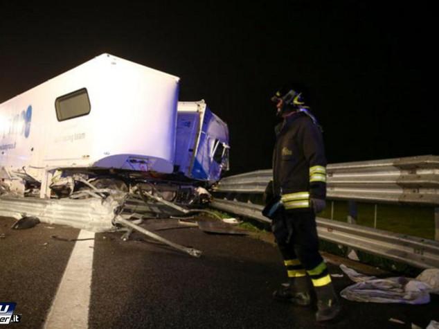 Tir salta barriera e travolge un pulmino, 4 morti sulla A21