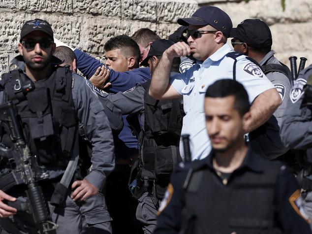 Tenta accoltellare poliziotto israeliano,uccisa palestinese