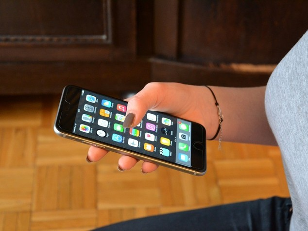 Parlare al cellulare fa male al braccio, stress meccanico