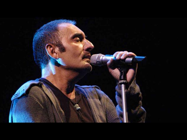 Infarto durante il concerto, il cantante Mango muore sul palco