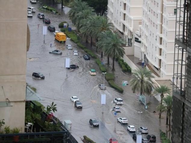 Pioggia e bufera nel deserto, Abu Dhabi in tilt