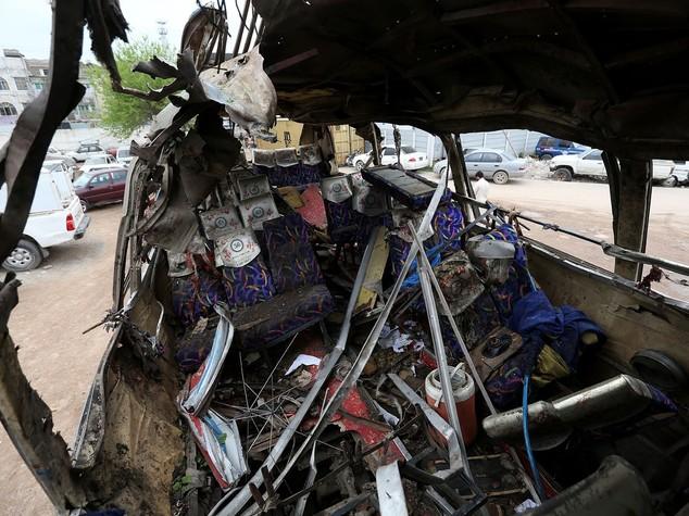 Bomba su autobus, almeno 17 morti in Pakistan