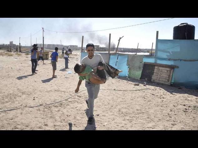 Inferno Gaza: 4 bambini uccisi in spiaggia, 216 palestinesi morti