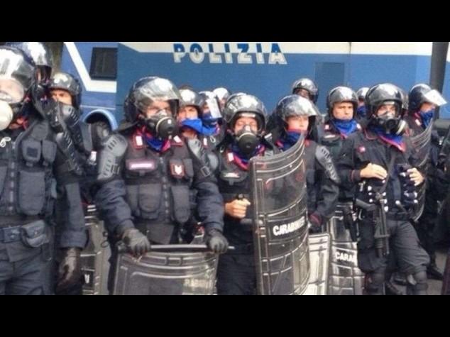 Milano, pietre contro la polizia durante uno sgombero