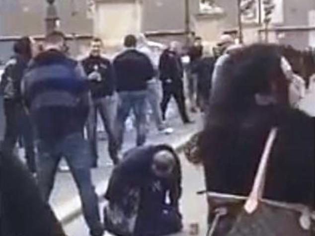 Tifosi Praga urinano su clochard a Roma, passanti fanno video
