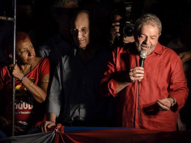 """Popolo di Lula in piazza, """"Dilma non si tocca"""""""