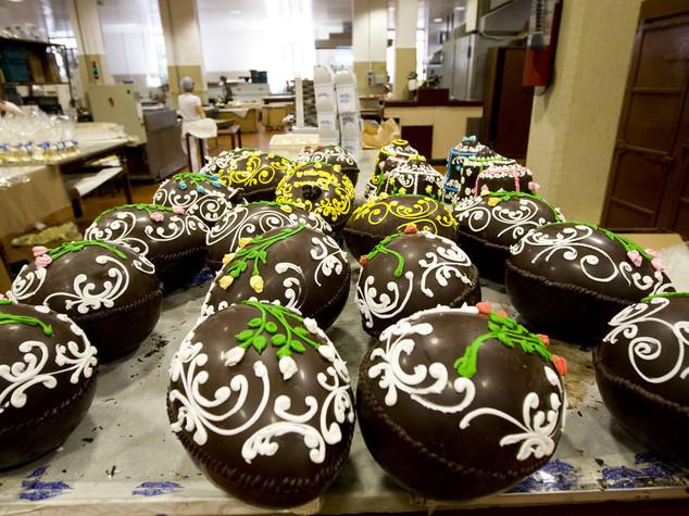 Pasqua: italiani golosi, il 51% non rinuncia alle uova di cioccolato