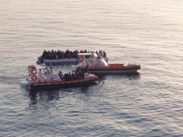 Migranti: Guardia costiera, salvate 627 persone su 5 gommoni
