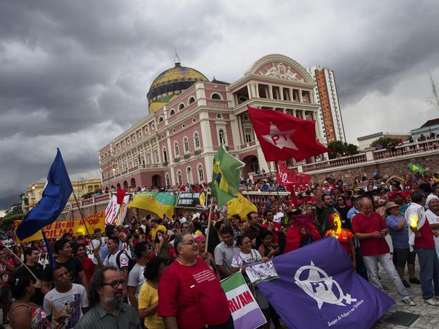 Lula vince battaglia giudiziaria, marce pro-Rousseff in Brasile