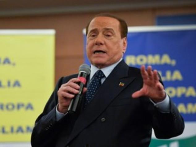 Berlusconi: notte tranquilla, in ospedale almeno fino a domani