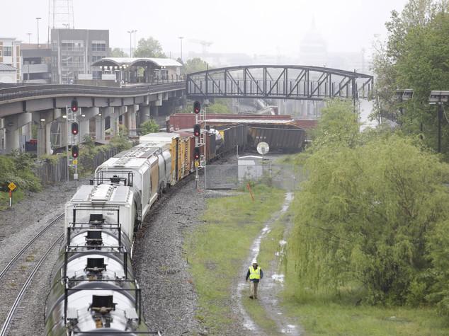 Deraglia treno merci a Washington, perdita soda caustica