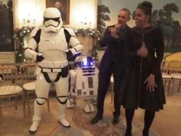 Obama festeggiano Star Wars Day e ballano con stormtrooper