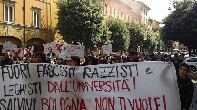 Salvini a Bologna, scontri e cariche della polizia. Il leghista Soliti delinquenti
